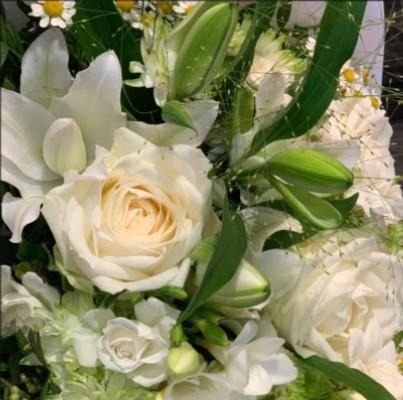 Commande bouquet de roses blanches jour férié VICTOR HUGO FLEURS à La Teste-de-Buch
